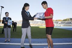 18岁男子四肢跑创纪录