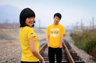情侣跑到铁轨上谈恋爱