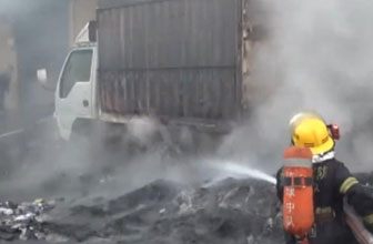 鞋厂大火引燃周边货车