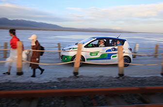 电动车队抵达茶卡盐湖