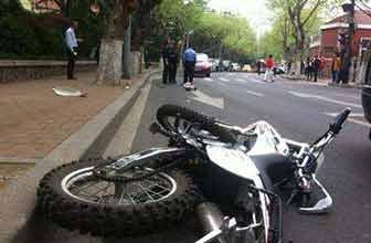 摩托车失控连撞多车