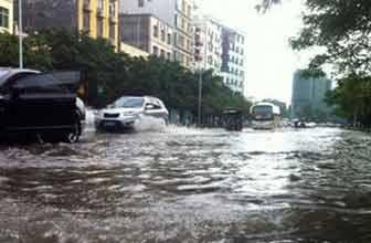 暴雨雷电深夜来袭上海