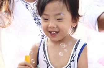 刘畊宏小女儿开心吐舌